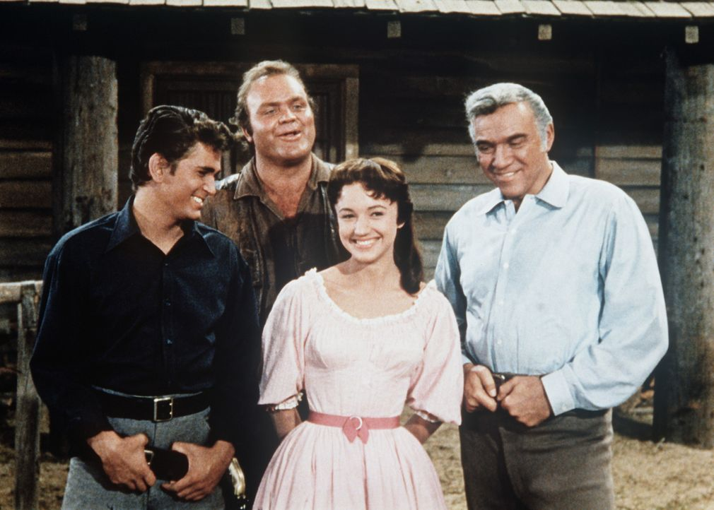 (v.l.n.r.) Little Joe (Michael Landon), Hoss (Dan Blocker), Minnie Billington (Dorothy Green) und Ben Cartwright (Lorne Greene) lernen Mark Twain ke... - Bildquelle: Paramount Pictures