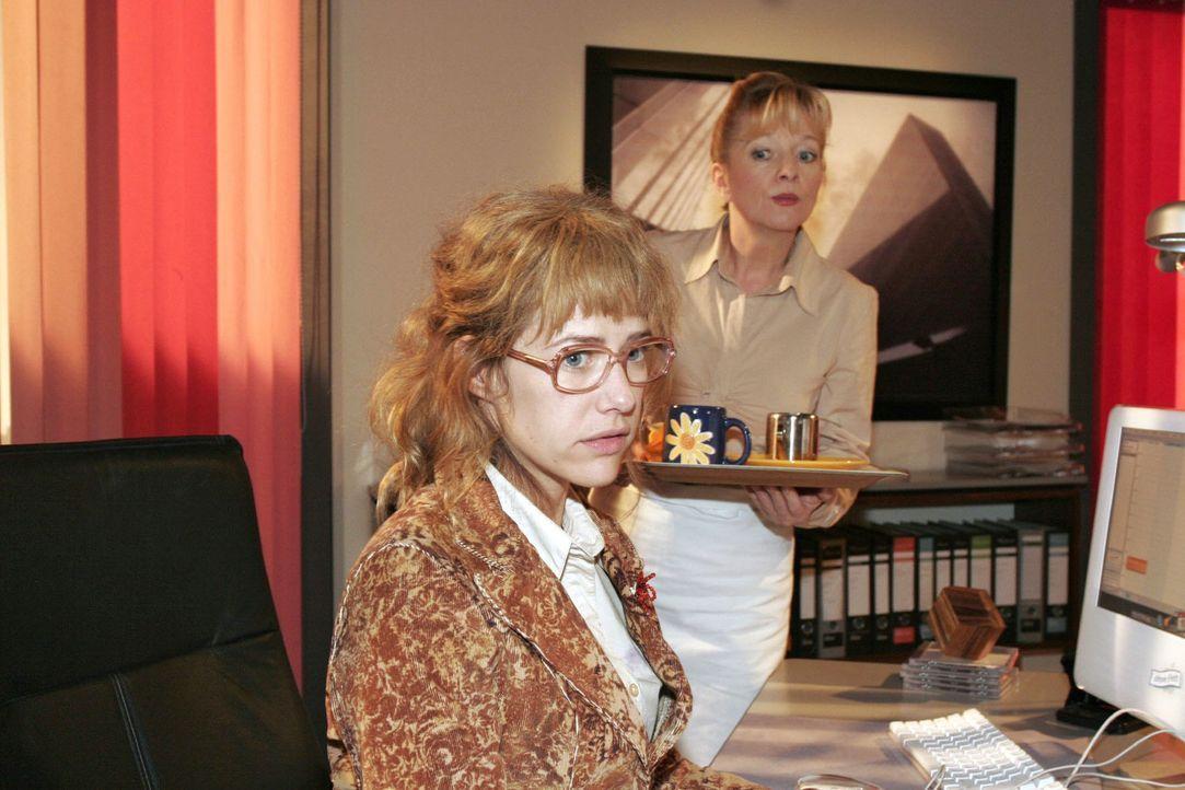 Von Helga (Ulrike Mai, r.) auf den Kuss zwischen ihr und Rokko angesprochen, versucht Lisa (Alexandra Neldel, l.) den Vorfall herunterzuspielen. (Di... - Bildquelle: Noreen Flynn Sat.1