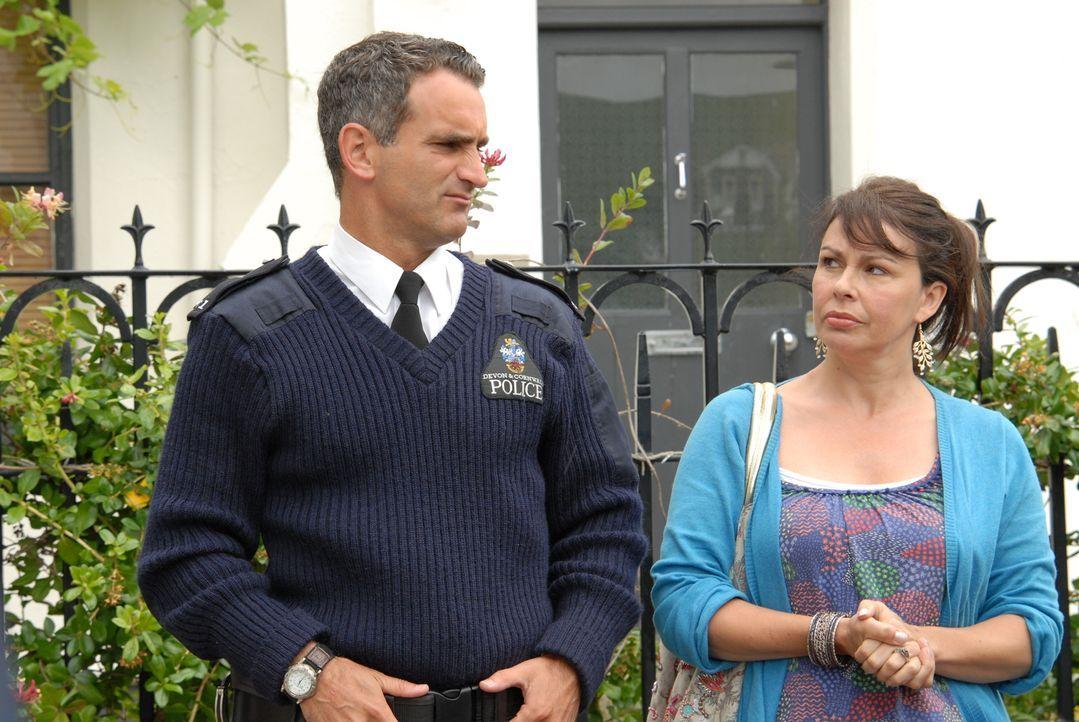 Maggie (Julie Graham, r.) bekommt von Doc Martin grünes Licht, um nach Hause zurückkehren zu können. Das treibt Constabler Pennhale (John Marquez, l... - Bildquelle: BUFFALO PICTURES/ITV