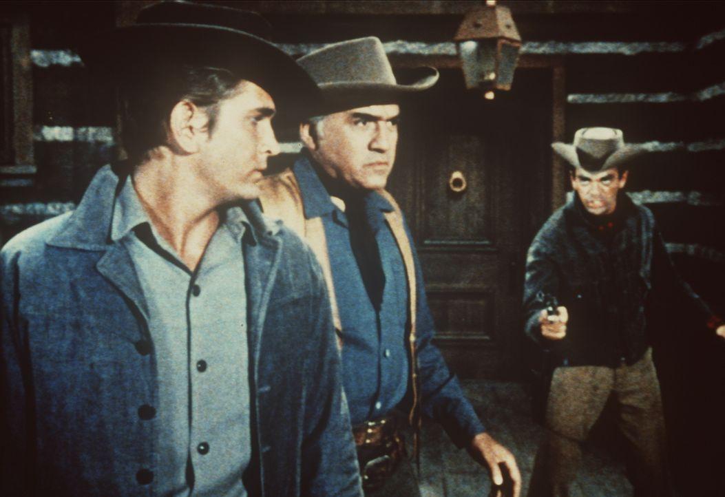 Pete (Darsteller unbekannt), der Bruder der ermordeten Mary Parson, sinnt auf Rache und bedroht Ben Cartwright (Lorne Greene, M.) und dessen Sohn Li... - Bildquelle: Paramount Pictures