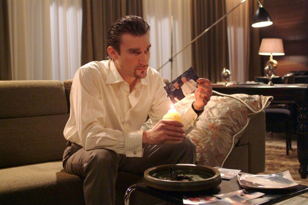 Richard (Karim Köster) ist wütend und denkt voller Groll über seinen Vater nach. - Bildquelle: Monika Schürle Sat.1