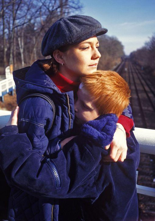 Thommy (Max Riedel, r.) fällt schluchzend Stephanie (Claudia Schmutzler, l.) in den Arm. In letzter Sekunde konnte sie verhindern, dass sich der Ju... - Bildquelle: Noreen Flynn Sat.1