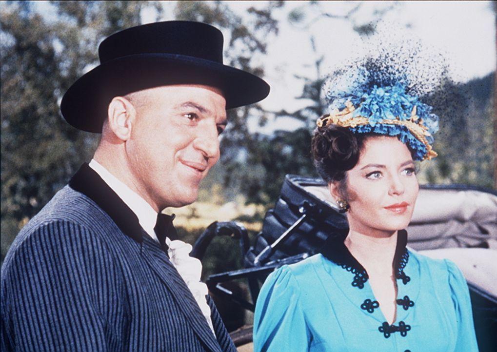 Der reiche Mr. Hackett (Telly Savalas, l.) glaubt, mit Geld alles kaufen zu können. Und weil seiner verwöhnten Frau (Linda Lawson, r.) die Ponderosa... - Bildquelle: Paramount Pictures