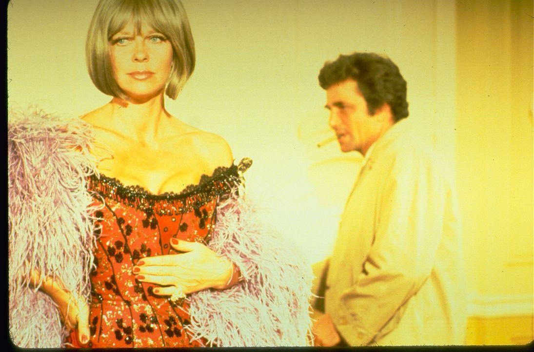 (v.l.n.r.) Nora Chandler  (Anne Baxter); Columbo (Peter Falk) - Bildquelle: 1972 Universal City Studios LLLP. All Rights Reserved.
