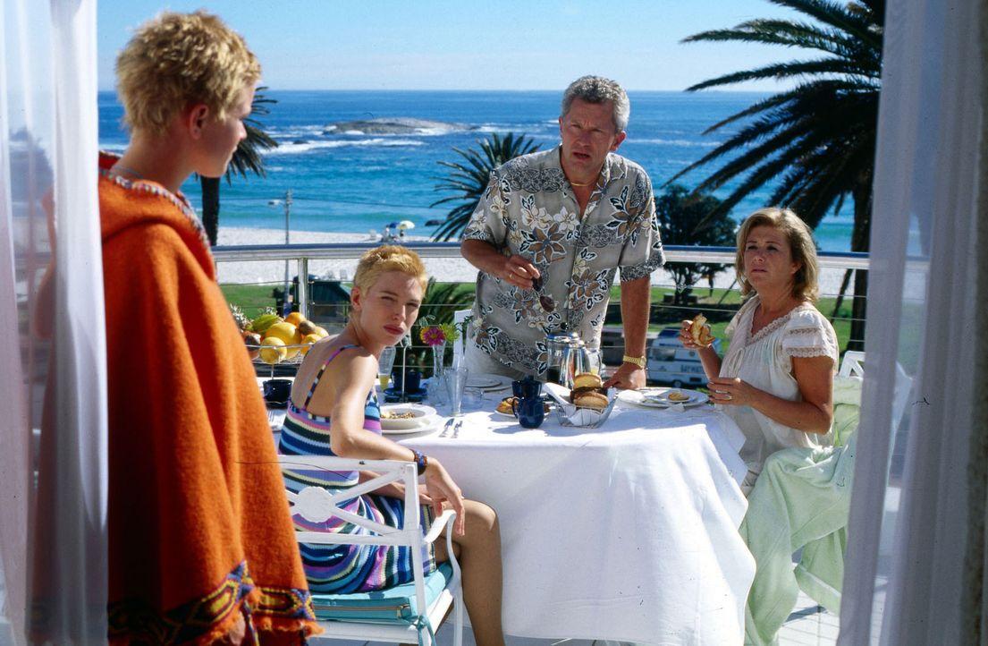 Nachdem sich Nina (Mira Bartuschek, l.) in der Surferkommune erholt hat, geht sie zurück ins Hotel und macht eine furchtbare Entdeckung: Ihre Eltern... - Bildquelle: Boris Guderjahn Sat.1