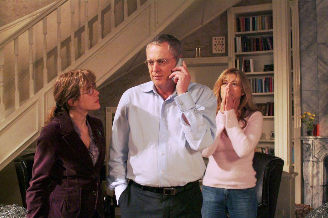 Lisa (Alexandra Neldel, l.), Friedrich (Wilhelm Manske, M.) und Laura (Olivia Pascal, r.) sind völlig aufgelöst, als das Telefon läutet und die Entf... - Bildquelle: Monika Schürle Sat.1