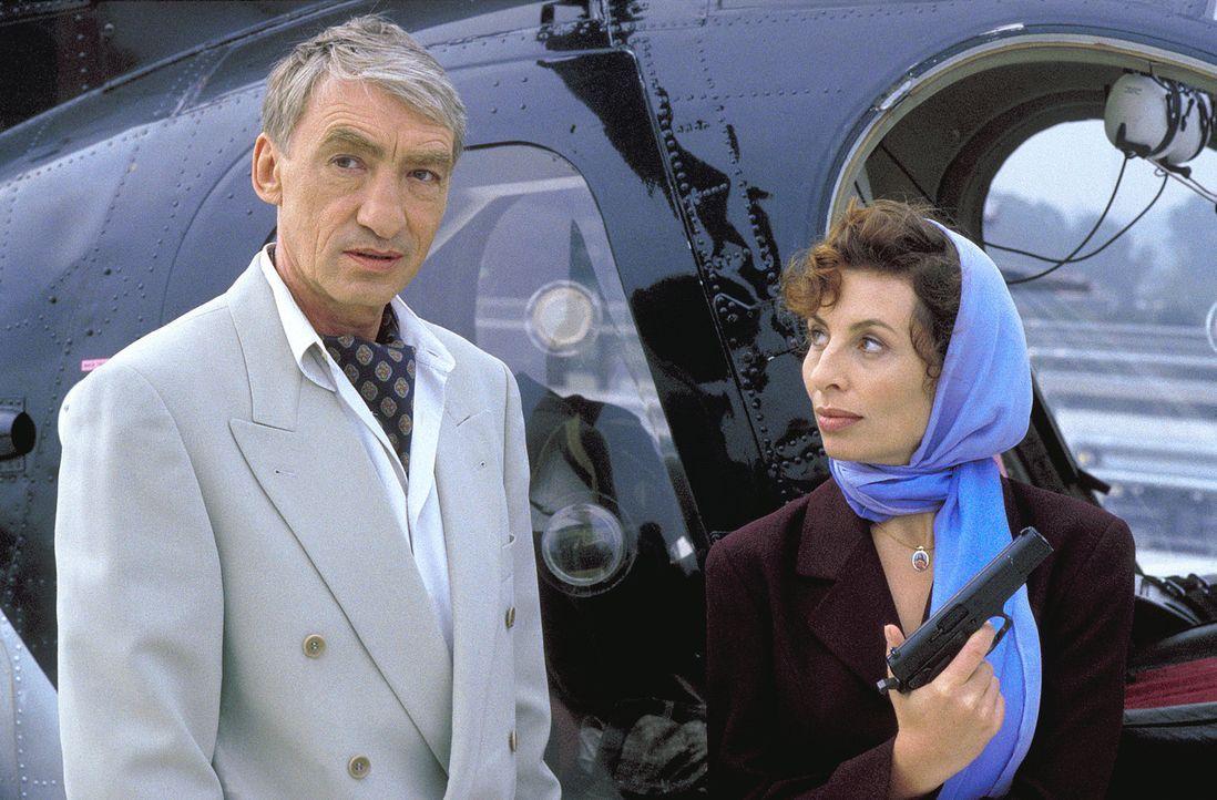 Im Visier der Fahndung: Renato Calvi (Gottfried John, l.) und Silvia (Teresa Harder, r.) ... - Bildquelle: Thommy von Klier ProSieben