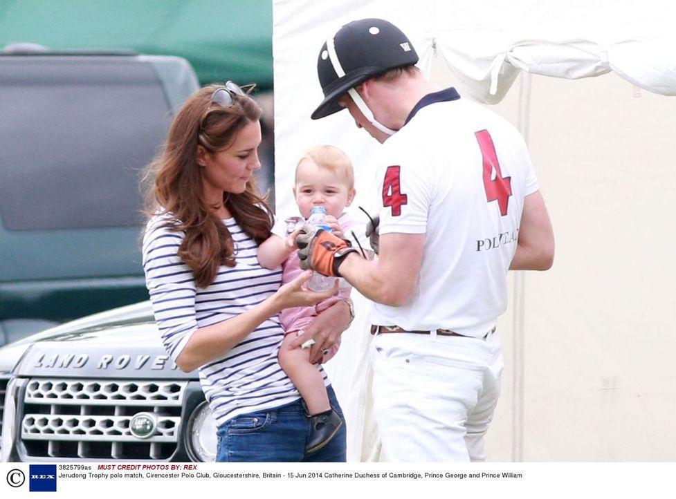 Endlich ist Charlotte Elizabeth Diana da, die kleine Schwester von Prinz George (M.)! Für Kate (l.) und William (r.) gilt es nun, den Spagat zwische... - Bildquelle: Rex 2014 Rex Features. No use without permission.