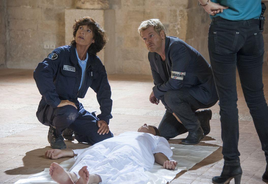 Die Schauspielerin Magali Portier (Delphine Chanéac, M.) wird an dem Drehort eines Horrorfilmes tot aufgefunden - gestorben wie ihre Rolle im Film.... - Bildquelle: Jean Louis PARIS