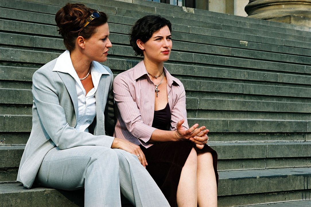 Kathrin (Esther Zimmering, r.) ist enttäuscht, dass ihre Schwester Simone (Nina Kronjäger, l.) es nicht geschafft hat, dass die Entscheidung, Brunne... - Bildquelle: Wolfgang Jahnke Sat.1