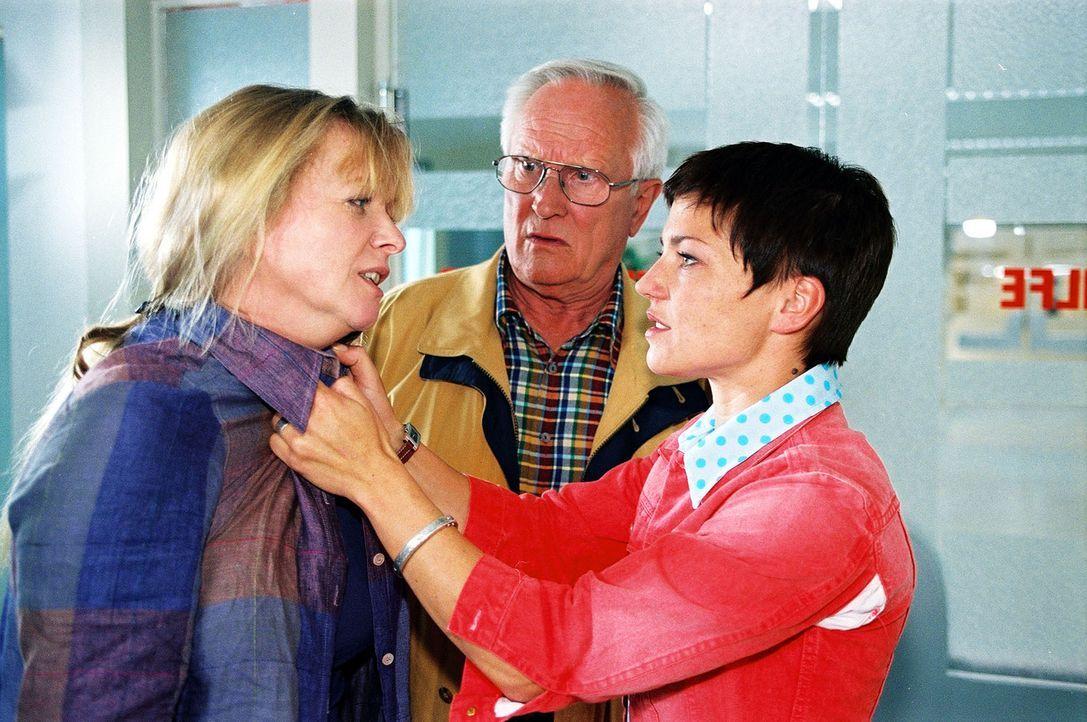 Opa Reinhold (Alfred Müller, M.) und Stephanie (Claudia Schmutzler, r.) sind entsetzt, dass Elke (Ulrike Mai, l.) die Kinder unbeaufsichtigt gelasse... - Bildquelle: Noreen Flynn Sat.1