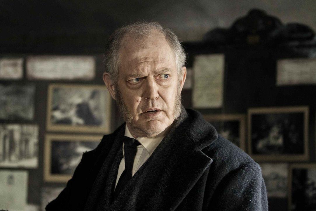 Alle Beweise, die Anna Chief Inspector Ronald Briggs (Peter Gilbert Cotton) vorlegt, werden von ihm sofort zunichte gemacht. Er ist sich sicher, den... - Bildquelle: Algimantas Babravicius SAT.1
