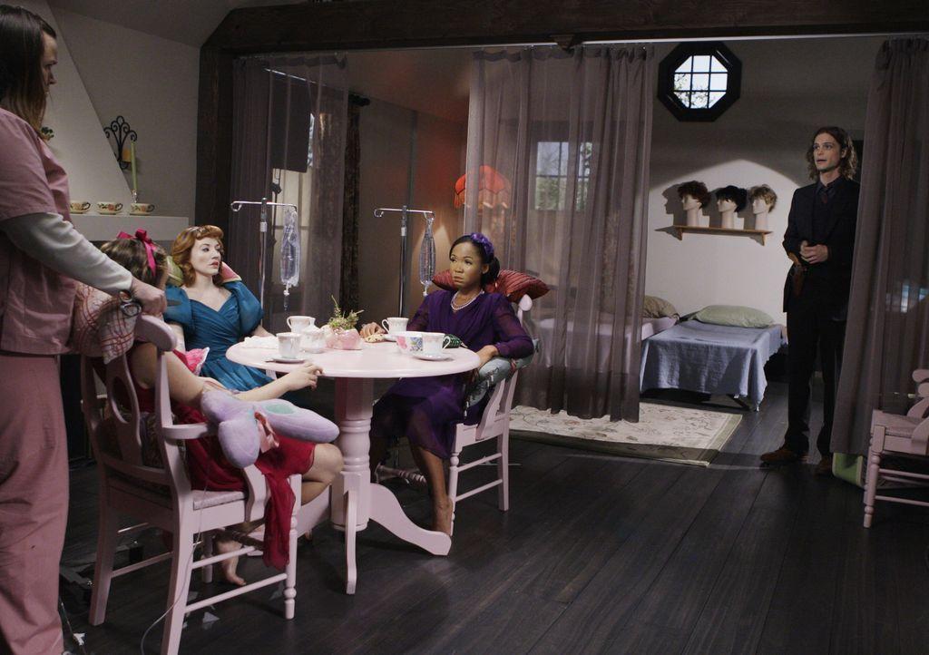 Reid (Matthey Gray Gubler, r.) durchschaut die Zusammenhänge und schafft es gerade noch rechtzeitig, drei entführte Frauen aus Samanthas Haus zu bef... - Bildquelle: Sonja Flemming 2009 ABC Studios. All rights reserved. / Sonja Flemming