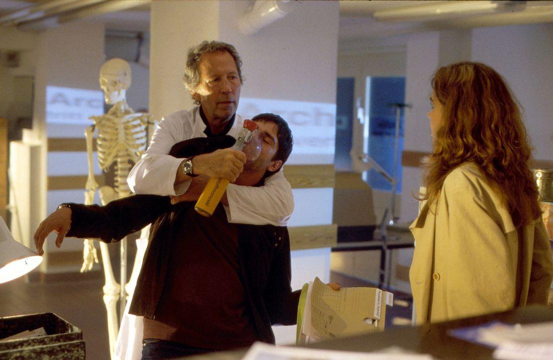 Der Chefarzt der Privatklinik, Dr. Diederhoff (Hartmut Becker, l.), versucht mit allen Mitteln zu verhindern, dass Joe (Oliver Bootz, M.) und Maike... - Bildquelle: Thorsten Jander SAT.1