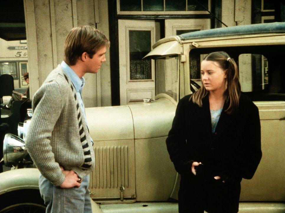 An der Bushaltestelle lernt John-Boy (Richard Thomas, l.) ein Mädchen kennen, das sich als Muffin Maloney (Vicki Schreck, r.) ausgibt und eine rühre... - Bildquelle: WARNER BROS. INTERNATIONAL TELEVISION