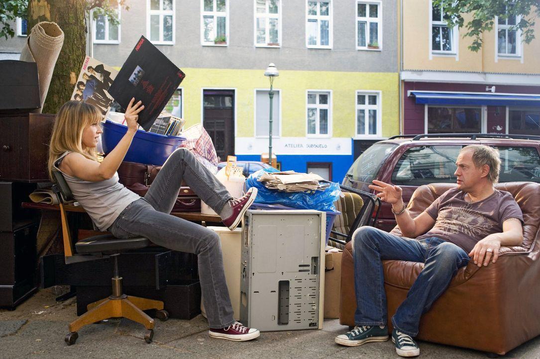 Carlo (Uwe Ochsenknecht, r.) hilft Ellen (Anica Dobra, l.) beim Ausmisten. - Bildquelle: Gordon Mühle Sat.1