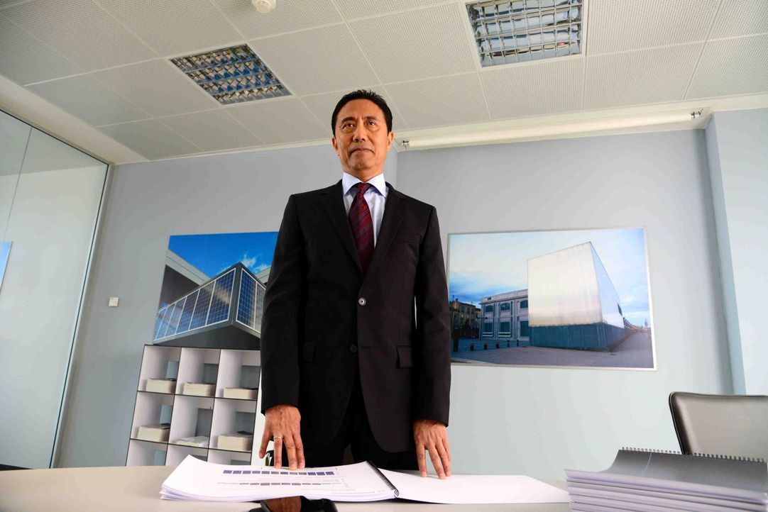 "Macht seinem Ruf als ""Scharfer Hund"" schnell alle Ehre: der neue Finanzchef Wang Hua (Fang Yu) ... - Bildquelle: Christiane Pausch SAT.1 / Christiane Pausch"