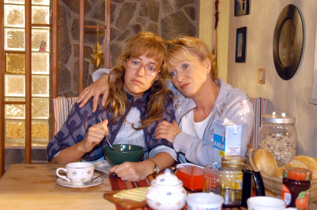 Helga (Ulrike Mai, r.) tröstet Lisa (Alexandra Neldel, l.), die sich wieder einmal keine Hoffnungen mehr macht, dass David und sie ein Paar werden k... - Bildquelle: Noreen Flynn Sat.1