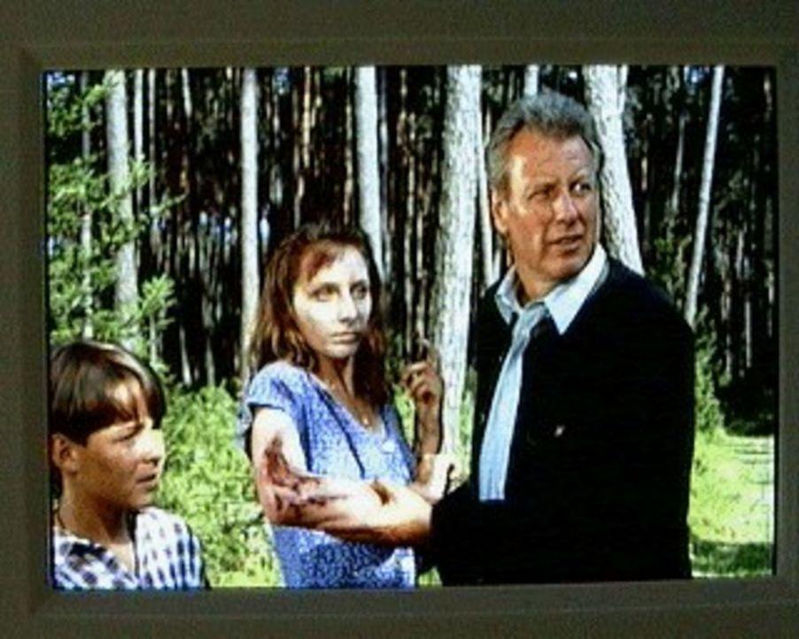 Der Bergdoktor (Gerhart Lippert, r.) und sein Sohn Maxl (Manuel Guggenberger, l.) finden beim Beerenpflücken im Wald eine umherirrende junge Frau (N... - Bildquelle: Ewald Wenck SAT.1