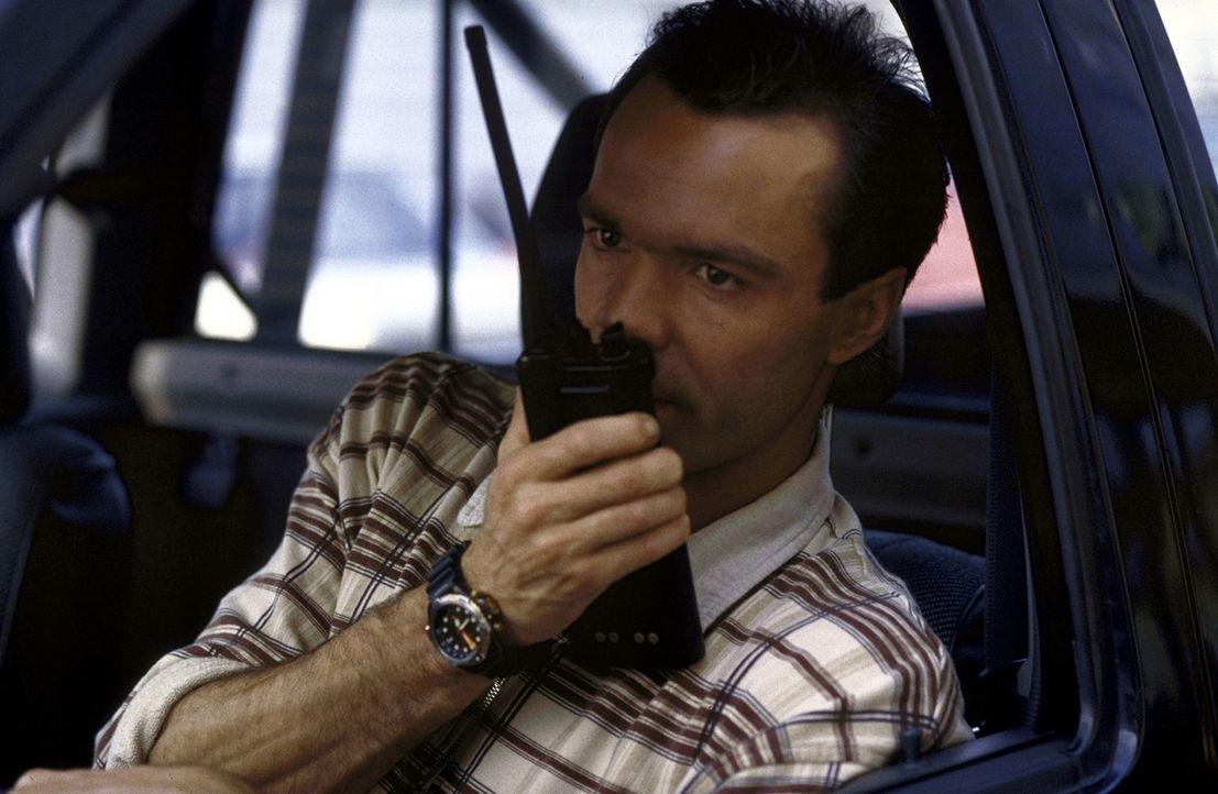 Tom Geiger (Hannes Jaenicke) nimmt die Villa des Verdächtigen Dr. Pauli unter die Lupe. Wird er dort fündig? - Bildquelle: Pfeiffer ProSieben