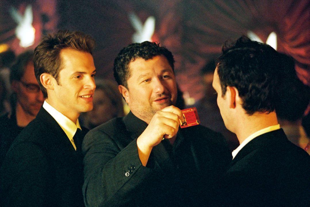 Orkan Örsey (Aykut Kayacik, M.) und Karsten Schmitt (Torsten Feller, l.) ermitteln in einer Diskothek. - Bildquelle: Hardy Spitz Sat.1