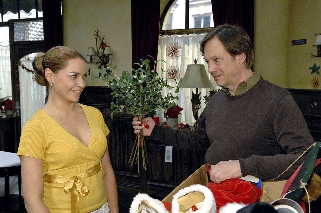 Armin (Rainer Will, r.) und Katja (Karolina Lodyga, l.) schmieden einen Plan, wie sie am besten die Verlobung einfädeln können. - Bildquelle: Claudius Pflug Sat.1