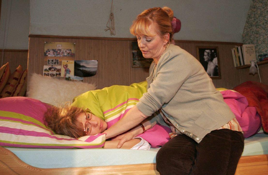Lisa (Alexandra Neldel, l.) liegt mit psychosomatischem Fieber im Bett. Helga (Ulrike Mai, r.) hält das Gerede ihrer Tochter über Davids Liebesgestä... - Bildquelle: Noreen Flynn Sat.1