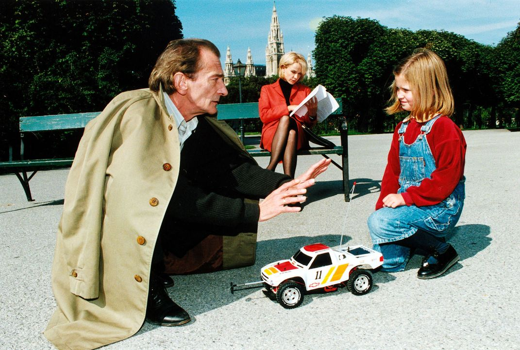Nordeck (Ludwig Hirsch, l.) will Verlagslektorin Renate Späth (Claudia Messner, M.) mittels einer im Spielzeugauto versteckten Bombe töten. Das klei... - Bildquelle: Ali Schafler Sat.1