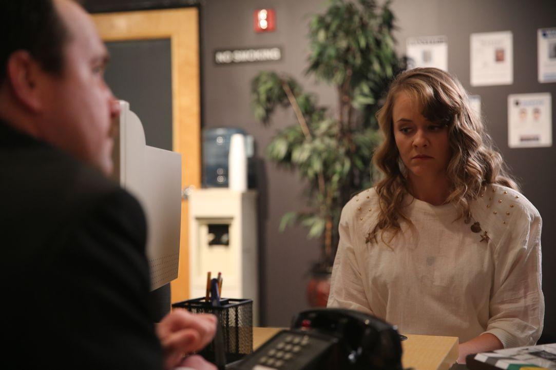 Beim Polizeiverhör zum Tod ihres Mannes Greg benimmt sich Pamela Smart (r.) verdächtig und widerspricht sich in ihren Aussagen ... - Bildquelle: 2016 AMS PICTURES. All Rights Reserved