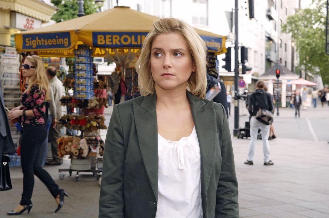 Anna (Jeanette Biedermann) hat den Auftrag, gemeinsam mit ihrer Schwester Komparsen für ein Fotoshooting auf der Straße anzusprechen. Wieder einmal... - Bildquelle: Claudius Pflug Sat.1