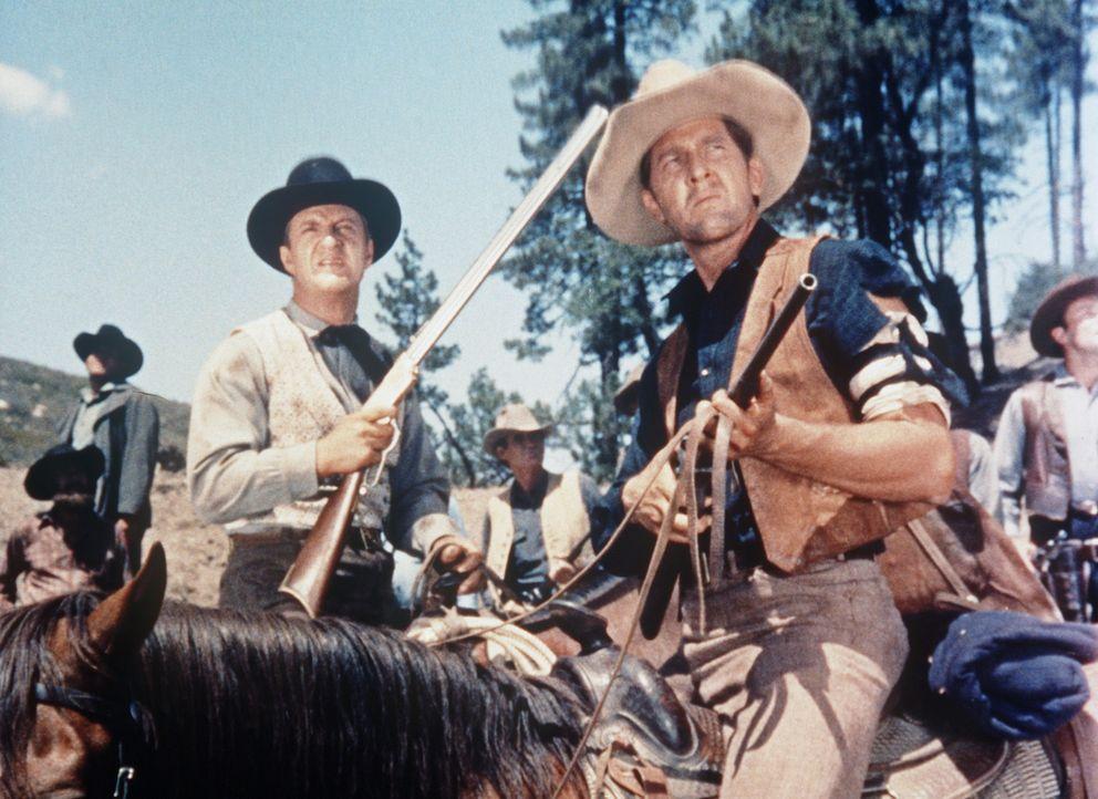 McCall (John Larch, l.) und seine Männer schrecken auch nicht vor Gewalt zurück. - Bildquelle: Paramount Pictures