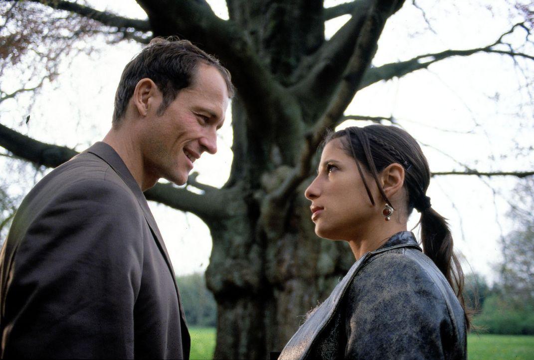 Emily (Isabella Parkinson, r.) führt Enno (Markus Knüfken, l.) zu einem Baum, der angeblich magische Kräfte besitzt. - Bildquelle: Uwe Stratmann Sat.1