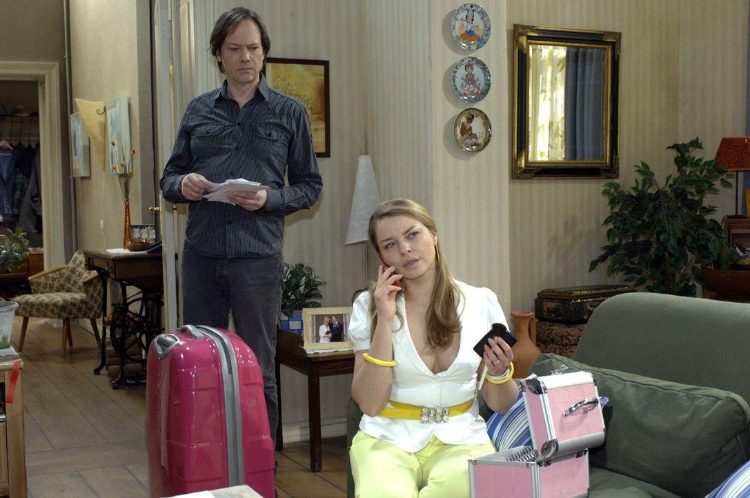 Katja (Karolina Lodyga, r.) gibt Armin (Rainer Will, l.) gegenüber vor, verreisen zu wollen. - Bildquelle: Oliver Ziebe Sat.1
