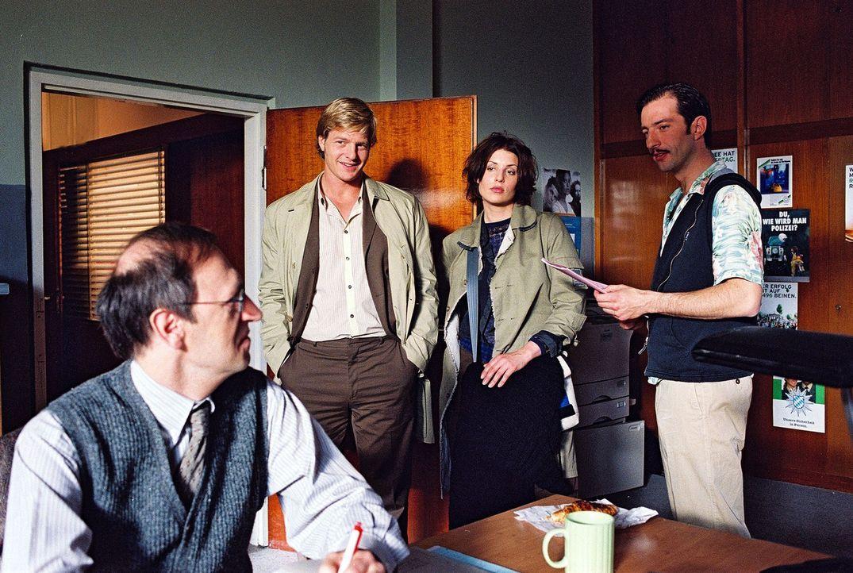 Schulz (Paul Bintz, l.) und Wacker (Jannis Sprengler, r.) unterstützen Leo (Henning Baum, 2.v.l.) und Nina (Elena Uhlig, 2.v.r.) bei ihren Ermittlu... - Bildquelle: Christian A. Rieger Sat.1
