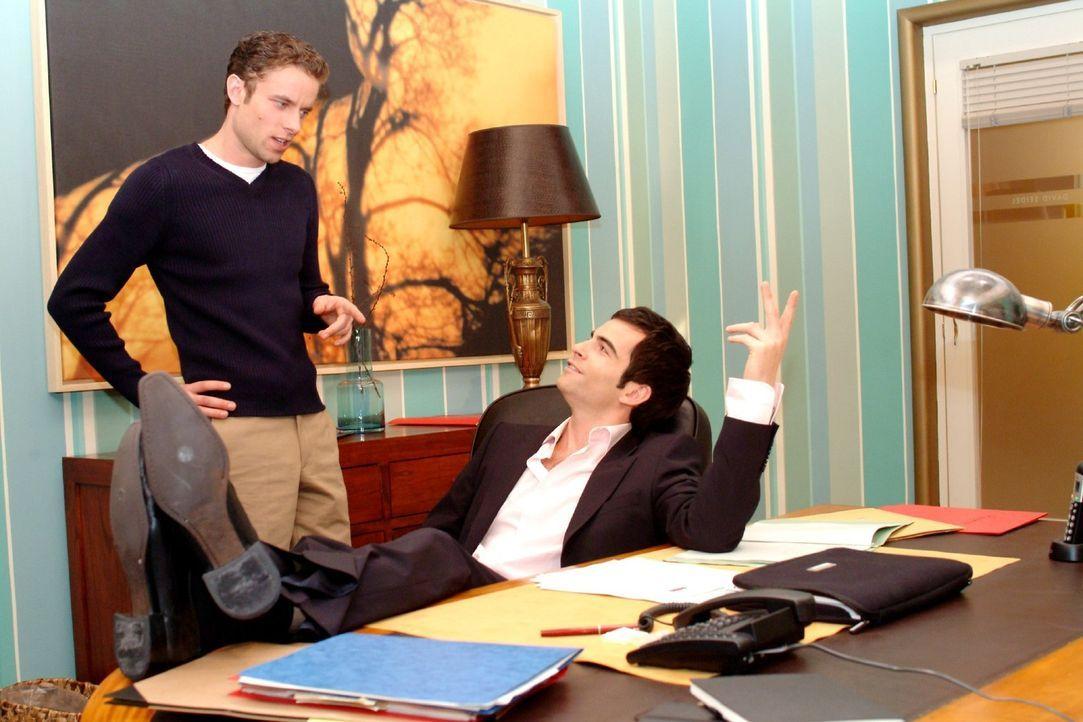 David (Mathis Künzler, r.) berichtet dem skeptischen Max (Alexander Sternberg, l.), dass er ein ernstes Wort mit Lisa gesprochen hat und glaubt, das... - Bildquelle: Monika Schürle Sat.1