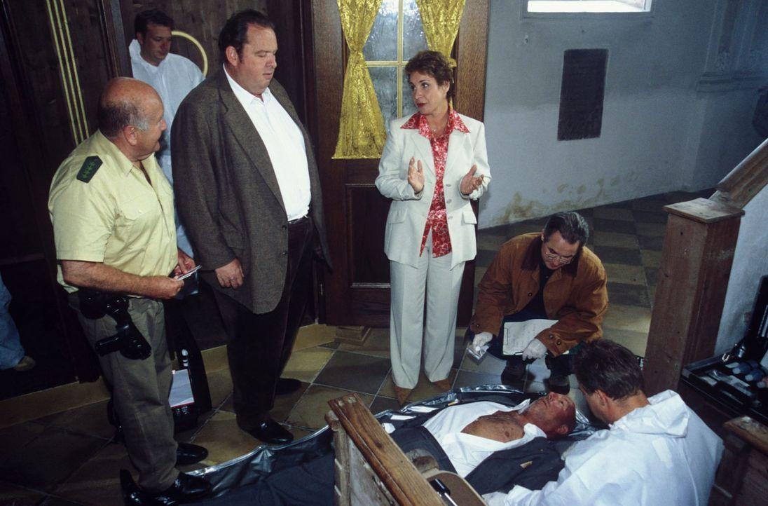 Der langjährige Staatssekretär von Gluck wird ermordet - im Beichtstuhl! Für Benno (Ottfried Fischer, 2.v.l.) und Sabrina (Katerina Jacob, 2.v.r.) b... - Bildquelle: Magdalena Mate Sat.1