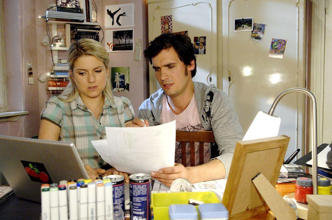 Anna (Jeanette Biedermann, l.) und Alexander (Paul T. Grasshoff, r.) sind stolz, einen namhaften Regisseur für ihre Kampagne zu gewinnen. Als der je... - Bildquelle: Claudius Pflug Sat.1