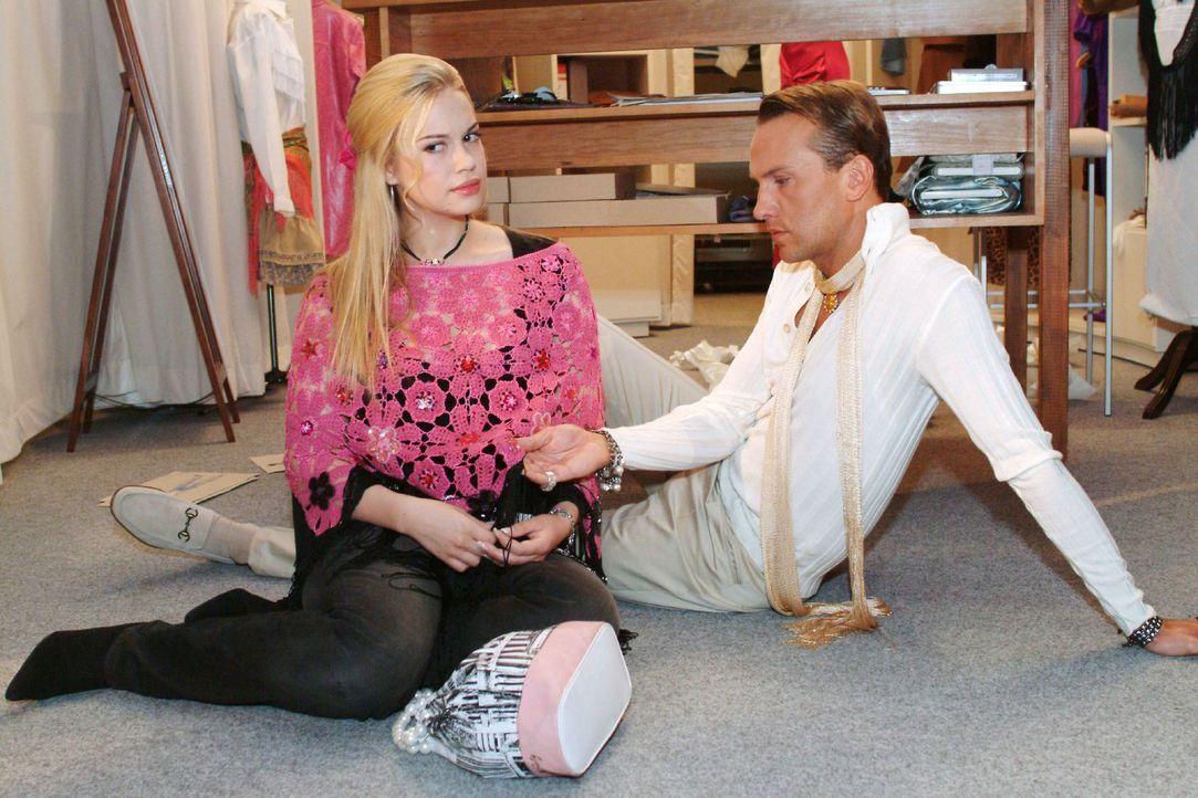 Als Kim (Lara-Isabelle Rentinck, l.) ihr Herz bei Hugo (Hubertus Regout, r.) ausschütten will, findet er seine Inspiration - in ihrer Stola ... - Bildquelle: Monika Schürle Sat.1