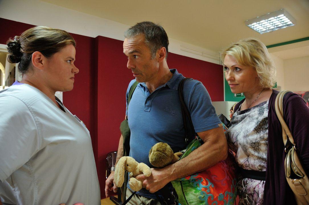 Oberschwester Rosa (Nadine Wrietz, l.) ist völlig überfordert, als Harald (Hannes Jaenicke, M.) und Sabine (Dana Golombek, r.) in der Klinik mitsamt... - Bildquelle: Hardy Spitz SAT.1