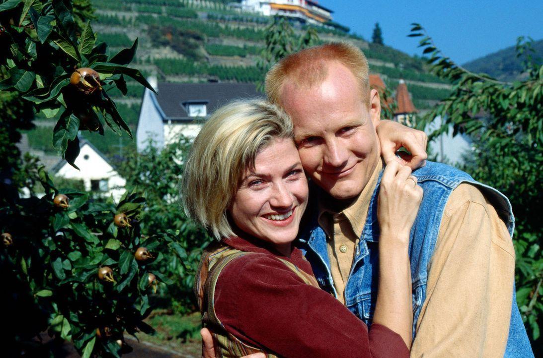 """Schwester Ina (Astrid Fünderich, l.) und """"Sprosse"""" (Sven Riemann, r.) sind total glücklich miteinander. Eine junge Liebe, die gerade erblüht ... - Bildquelle: Norbert Kuhroeber Sat.1"""