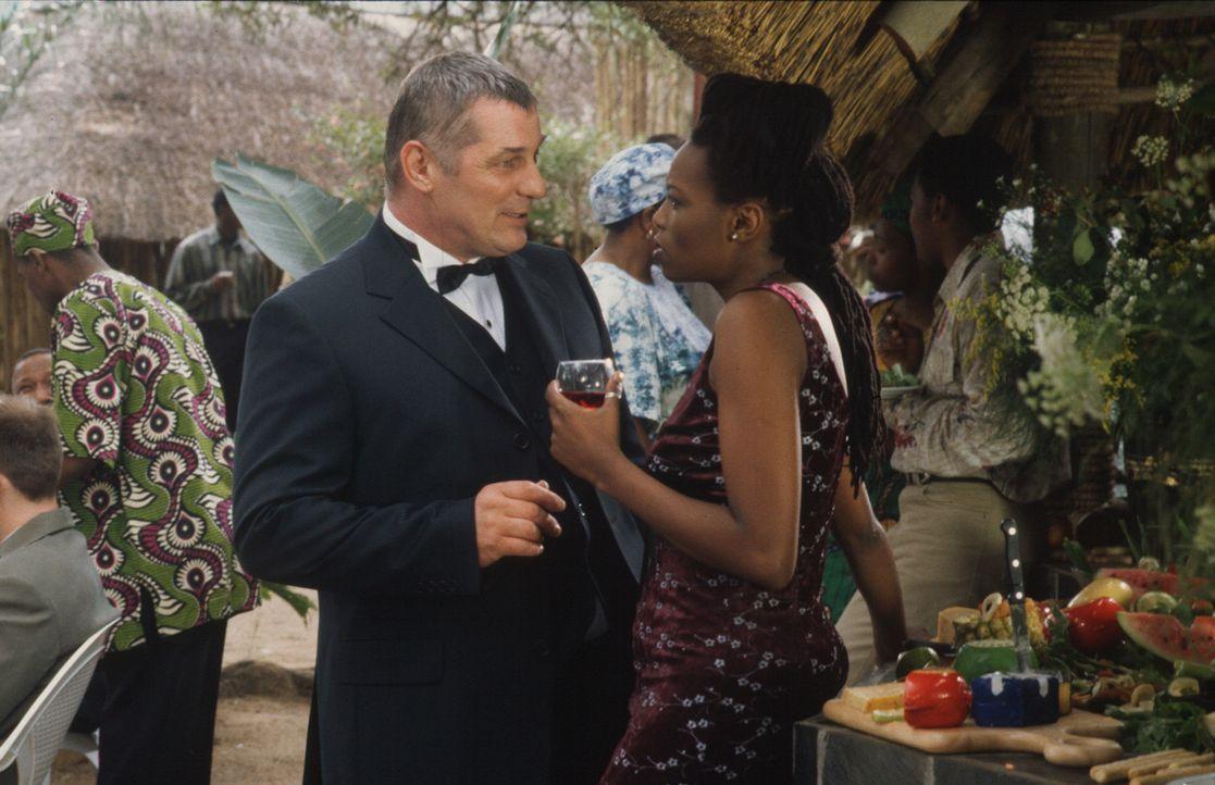 Stan (Heinz Hoenig, l.) verliebt sich in die attraktive Malindi (Nambitha Mpumlwana, r.). - Bildquelle: Axel Fremmer Sat.1