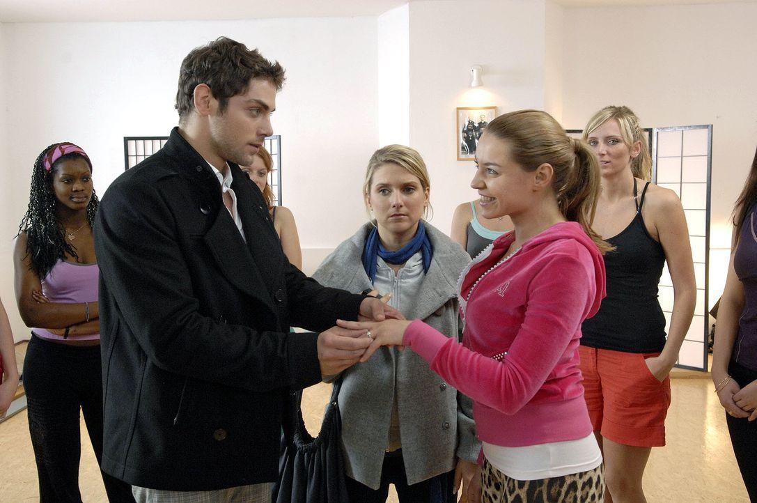 Anna (Jeanette Biedermann, M.) ist schmerzlich getroffen, als Jonas (Roy Peter Link, l.) Katja (Karolina Lodyga, r.) gegenüber ein Zeichen seiner Li... - Bildquelle: Claudius Pflug Sat.1