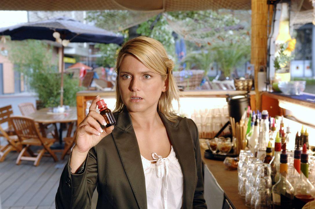 Anna (Jeanette Biedermann) ist entsetzt, als sie entdeckt, was Katja vorhat ... - Bildquelle: Claudius Pflug Sat.1