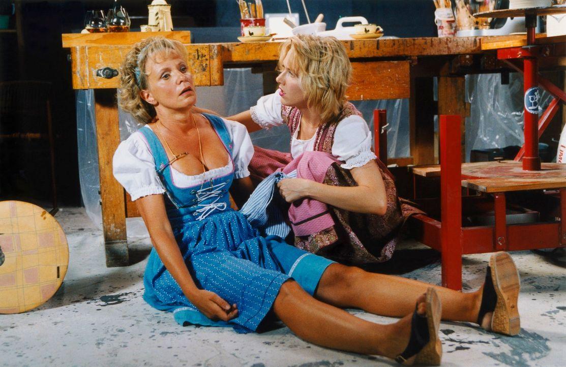 Völlig überfordert muss sich Doris (Gruschenka Stevens, r.) ihrer Nachbarin Helga (Ulrike Kriener, l.) anvertrauen und ihr gestehen, dass ihr Eheman... - Bildquelle: Christian A. Rieger ProSieben