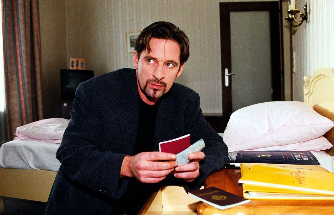 Der berüchtigte Bankräuber Hanusch (Max Tidof) bereitet sich auf seine Flucht vor. - Bildquelle: Ali Schafler Sat.1