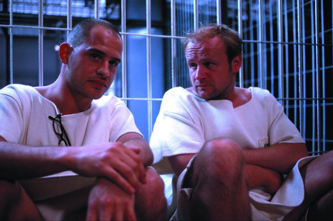 Erster Unmut macht sich breit, als Tarek Fahd (Moritz Bleibtreu, l.) und Schütte (Oliver Stokowski, r.) zum groben Leinenkittel keine Unterwäsche be... - Bildquelle: SENATOR FILM Alle Rechte vorbehalten