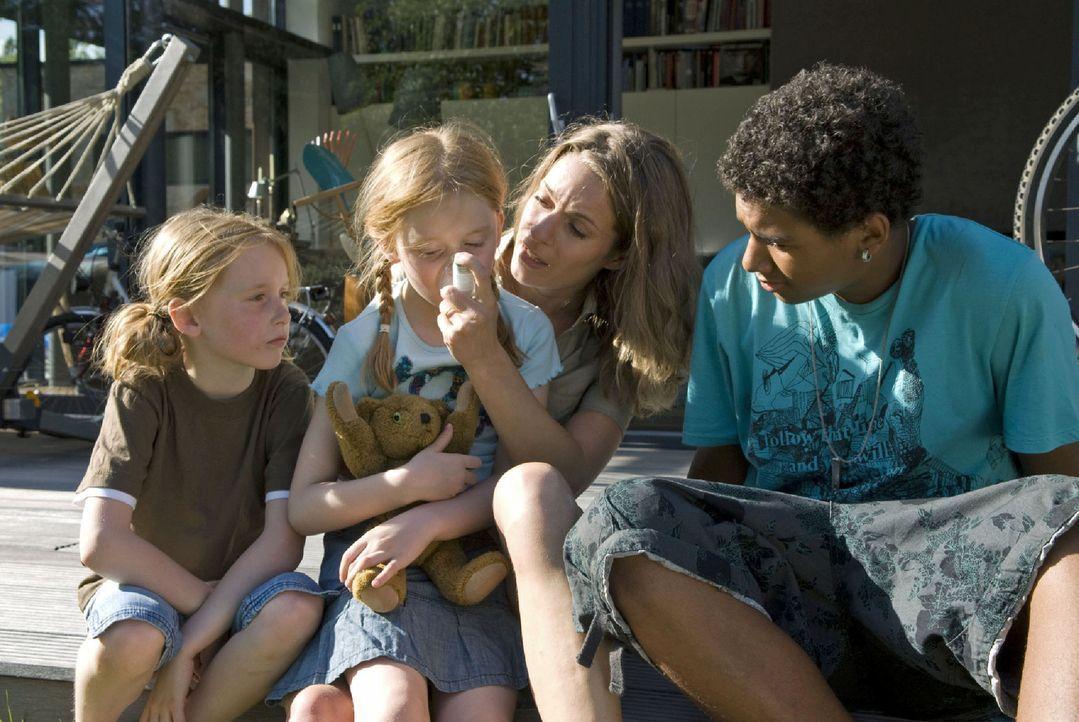 Als Tanja (Maja Rückert, 2.v.l.) einen Asthmaanfall bekommt, halten sich für einen Moment Marie (Lisa Martinek, 2.v.r.) und ihre Kinder im Arm. Mari... - Bildquelle: Jacqueline Krause-Burberg Sat.1