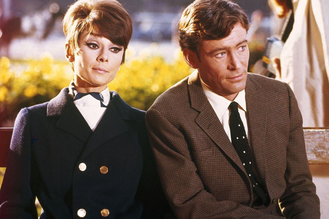 Um den Ruf ihres Papas zu retten engagiert Nicole (Audrey Hepburn, l.) den Meisterdieb Simon Demott (Peter O'Toole, r.), der ein gefälschtes Kunstst...