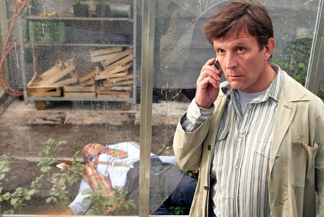 Steffen Kern (Markus Völlenklee) findet seinen Chef tot im Gewächshaus. - Bildquelle: Walter Wehner Sat.1