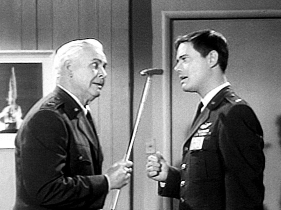 Tony (Larry Hagman, r.) versucht General Peterson (Barton MacLane, l.) klarzumachen, dass er kein Golfspieler ist. - Bildquelle: Columbia Pictures